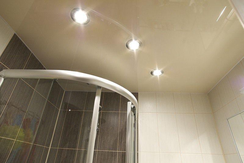 Глянцевый цветной натяжной потолок в ванную 4,3 кв.м